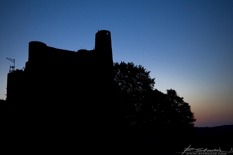 Bobolice, zamek. Lipiec 2008. Po zachodzie słońca zaczyna się spektakl.